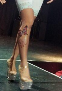 ランジェリーのファッションショーでボディジュエリー
